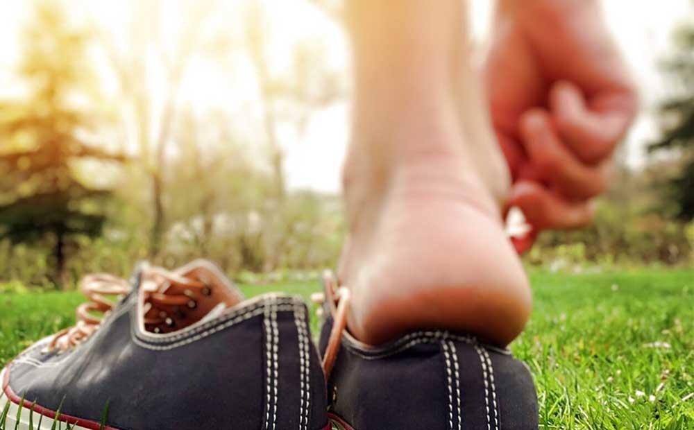 Les quatre accords toltèques en mouvement pieds nus dans l'herbe